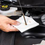 Come controllare l'olio del motore