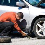 Come cambiare un pneumatico sgonfio dell'auto