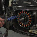 Come controllare l'alternatore della moto