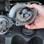 Come cambiare la pompa dell'acqua in un auto?