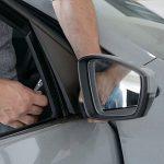 Come cambiare uno specchietto laterale rotto