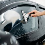Come togliere aloni e impronte da vetri e parabrezza