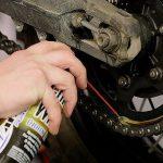 Come lubrificare la catena della moto