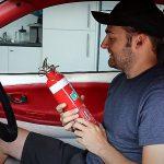 Come spegnere un incendio al motore dell'auto