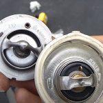 Come sostituire il termostato su un'auto