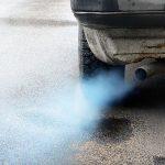 Cosa fare se esce del fumo blu-grigio dallo scarico dell'auto?